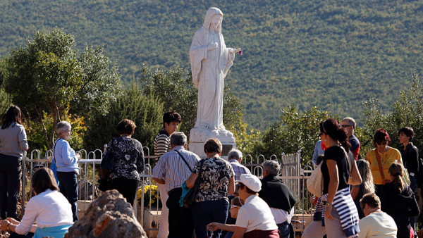 Pope tells young people at Medjugorje to let Mary inspire, guide them